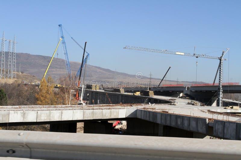 Ny huvudväg under konstruktion En ny bromotorväg som göras av betong och metall för att passera trafik från storstaden royaltyfri foto