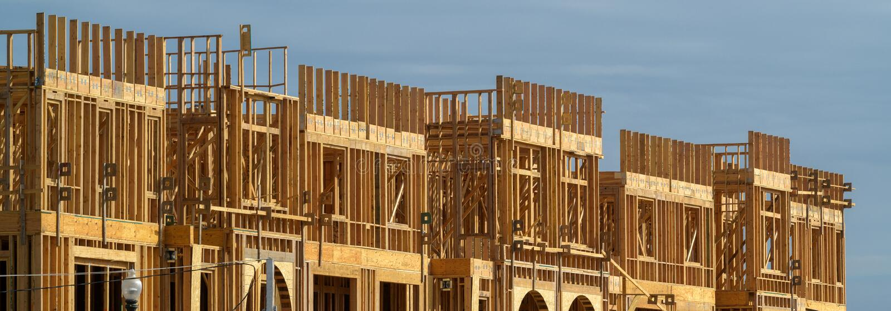 Ny hyreshus under konstruktion på solig dag på bakgrund för blå himmel fotografering för bildbyråer