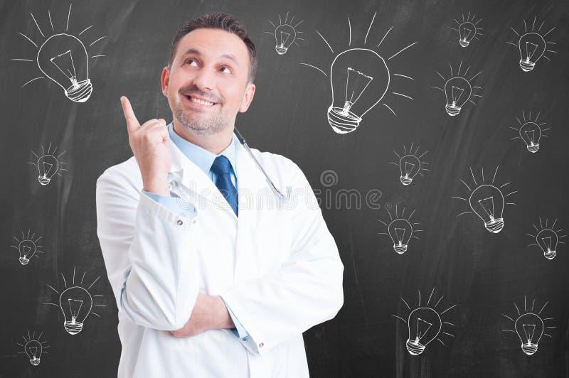 Ny idé i medicin med den gladlynta säkra doktorn arkivfoton
