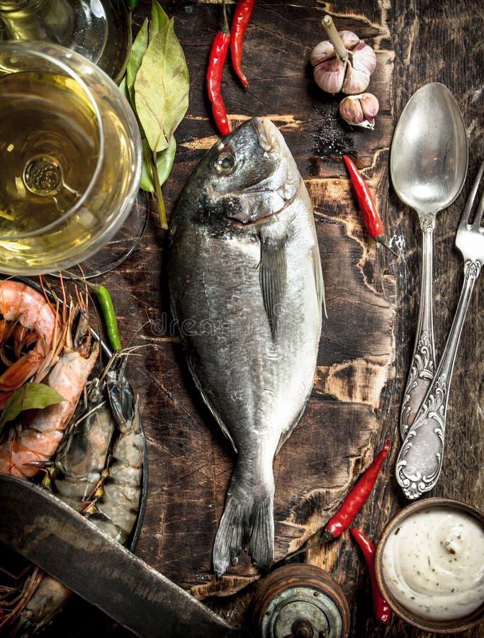 Ny improviserad Dorado fisk med vin, örter och kryddor royaltyfria bilder
