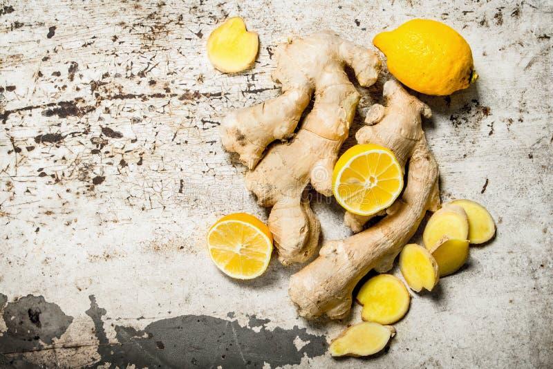 Ny ingefära med citroner arkivfoton