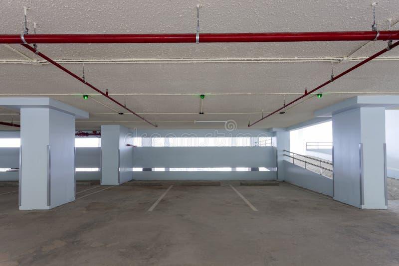 Ny inre för parkera garage, industribyggnad, tom underjordisk parkera bakgrund arkivbild