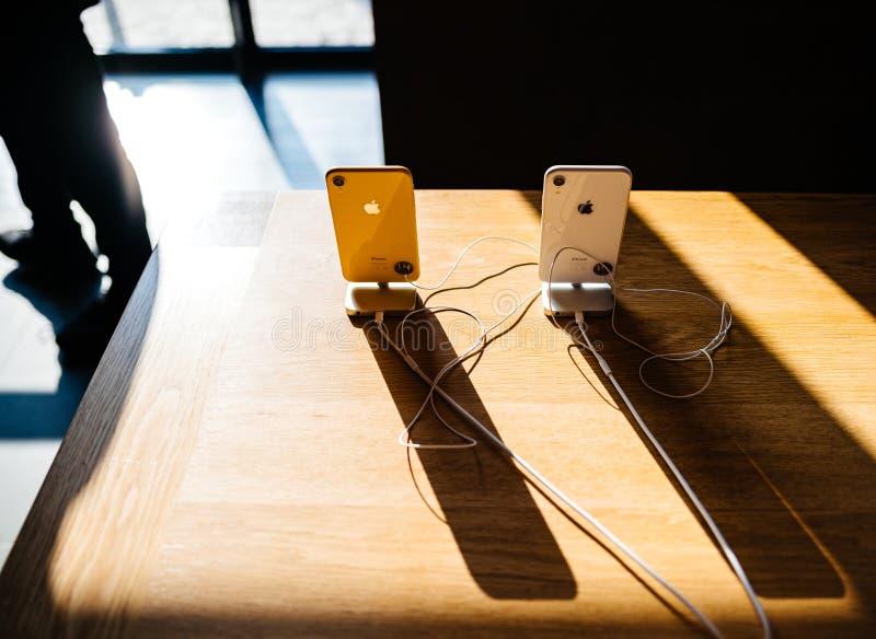 Ny iphoneXr ywllow på långa skuggor för tabell arkivbild