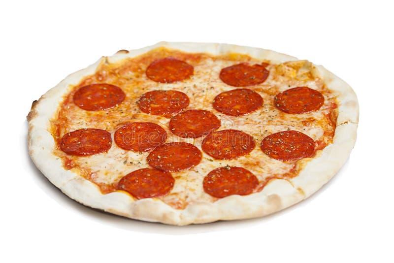 Ny italiensk klassisk original- peperonipizza som isoleras på vit bakgrund arkivbilder