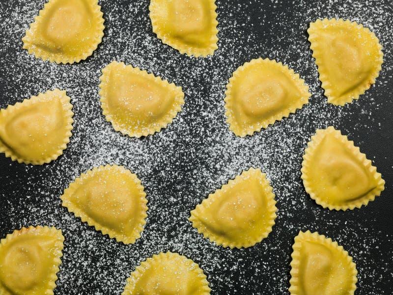 Ny italiensk mat för stilraviolipasta royaltyfria bilder
