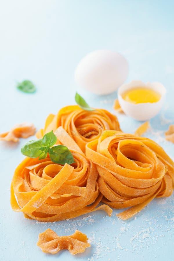 Ny italiensk pastafettuccine eller tagliatelle, äggula royaltyfria bilder