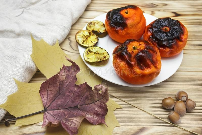 Ny japansk superfood, grillade tangerin med peelen Ett över huvudet foto av antioxidanten grillade mandarinen bär frukt, muttrar, royaltyfria foton