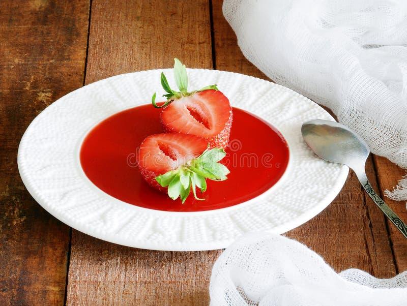 Ny jordgubbemarmelad med den hela jordgubben Söt efterrätt i en platta fotografering för bildbyråer
