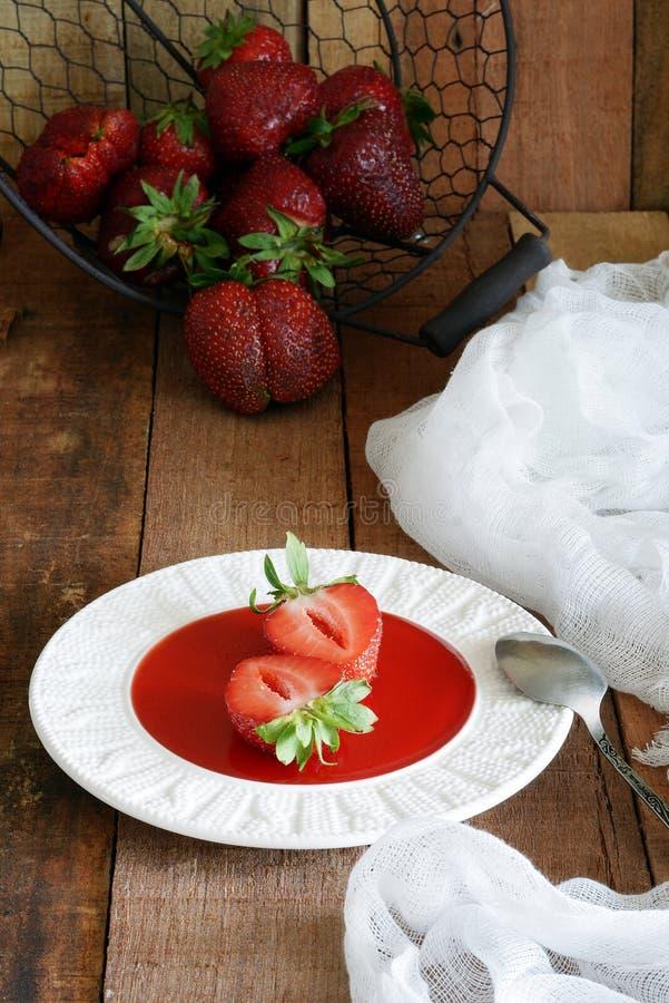 Ny jordgubbemarmelad med den hela jordgubben Söt efterrätt i en platta royaltyfria bilder