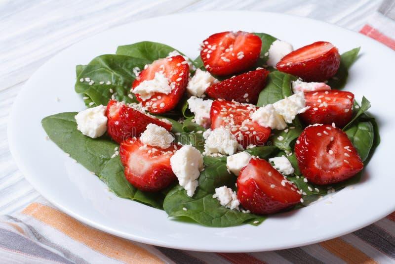 Ny jordgubbesallad med spenat och ost arkivfoto