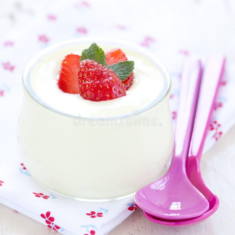 ny jordgubbeyoghurt royaltyfria bilder
