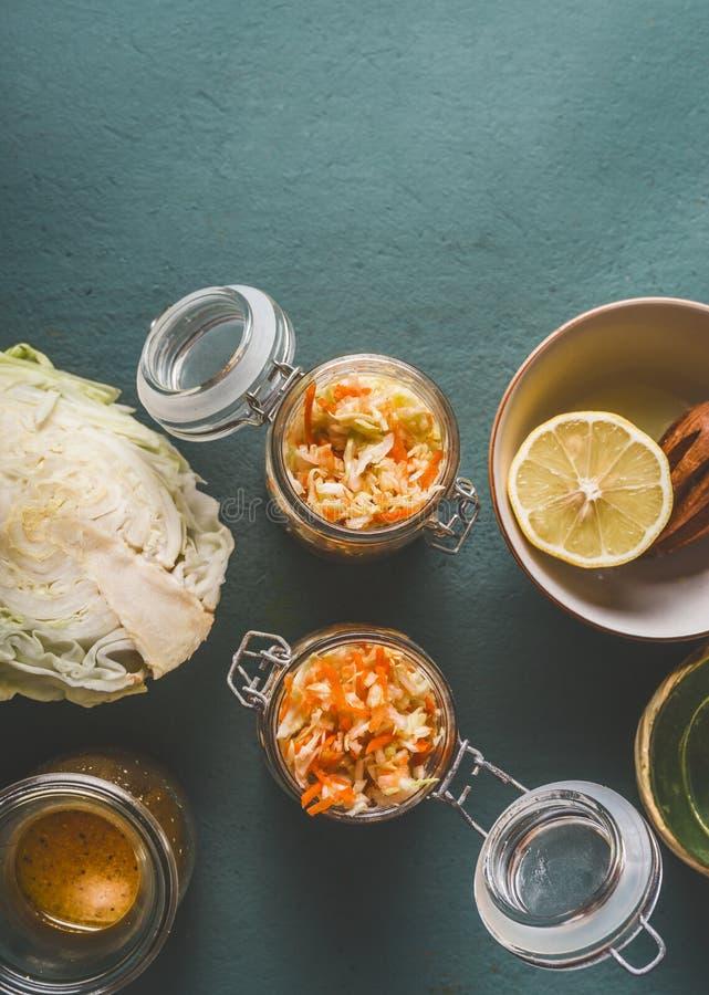 Ny kålsallad i exponeringsglaskruset för sund lunch på köksbordbakgrund, bästa sikt, med kopieringsutrymme Vegetarisk mat som är  royaltyfri bild