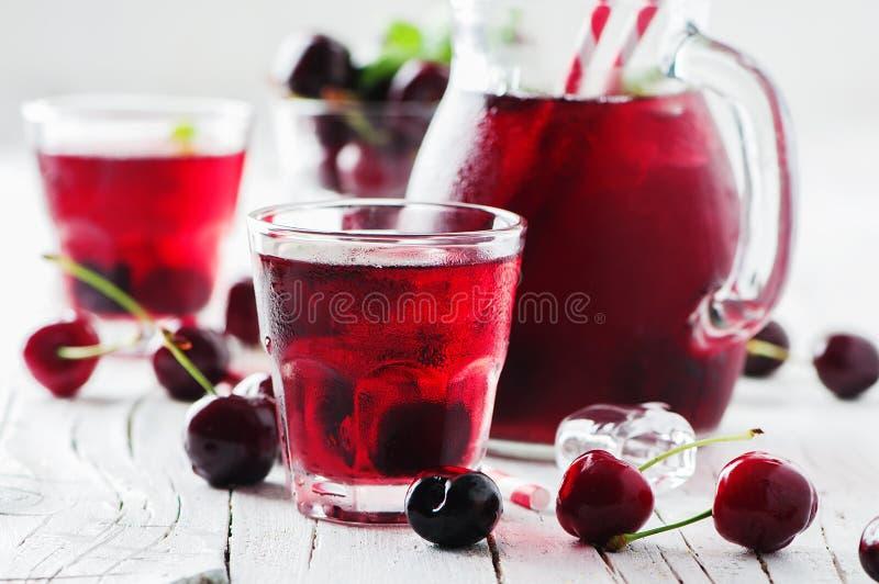 Ny körsbärsröd fruktsaft med is royaltyfri fotografi
