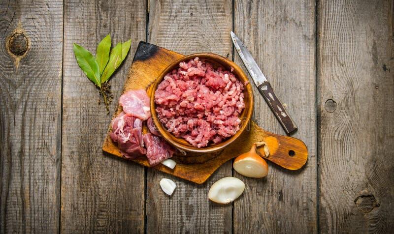 Ny köttfärs med kryddor och olja royaltyfri bild