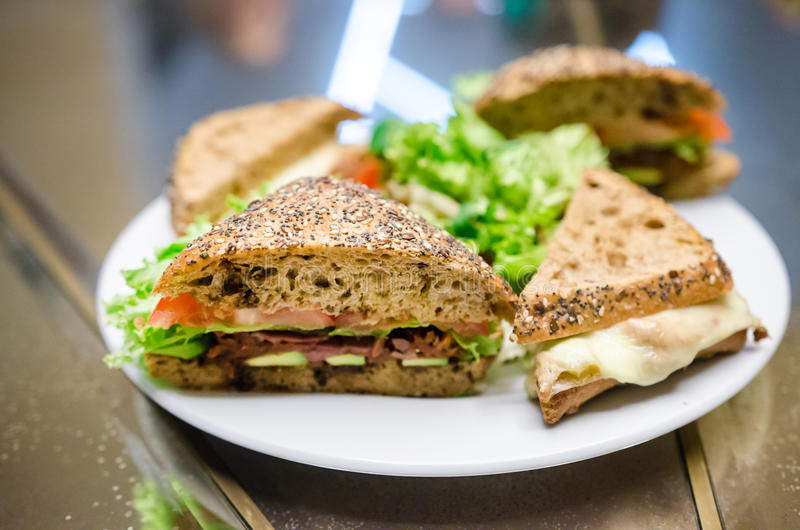 Ny kalkonskinka och avokadosmörgås arkivfoton