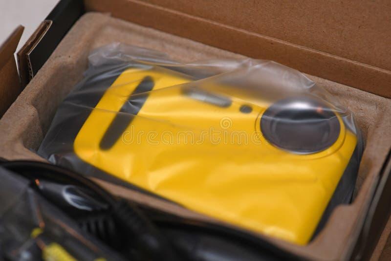Ny kamera med original- förpacka royaltyfri fotografi