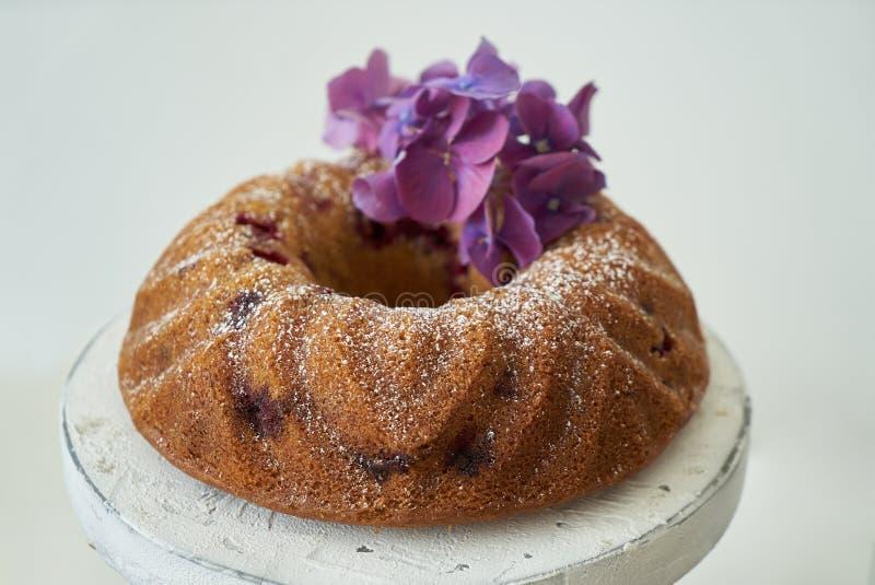 Ny läcker kaka med bär på tabellen, närbild Sommarpaj med frukt arkivfoto
