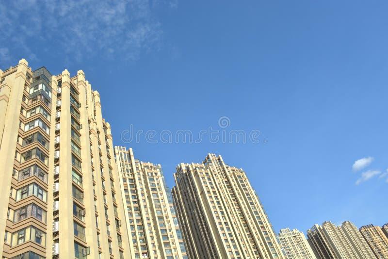 Ny lägenhet under himmel arkivfoto