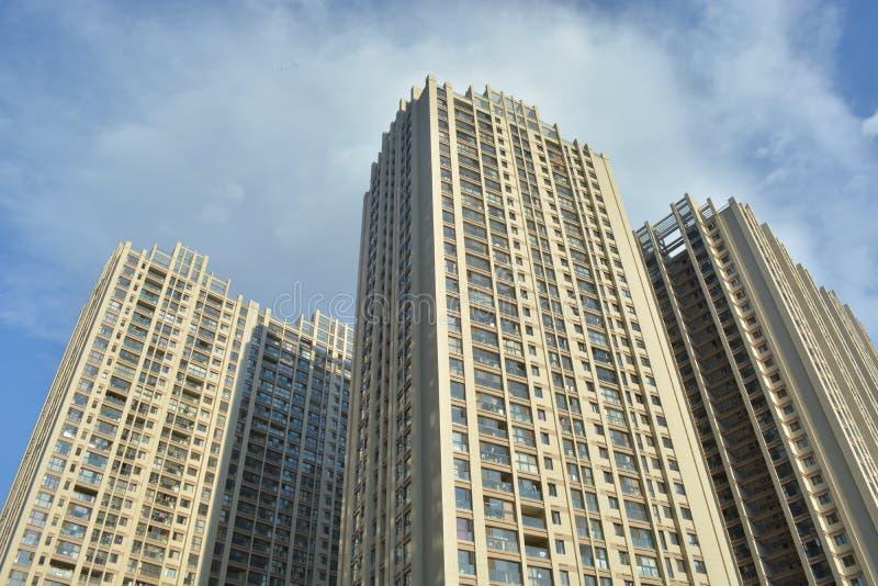 Ny lägenhet under himmel royaltyfria bilder