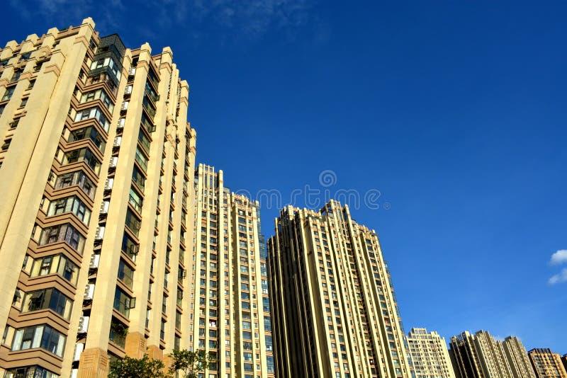 Ny lägenhet under himmel arkivbilder