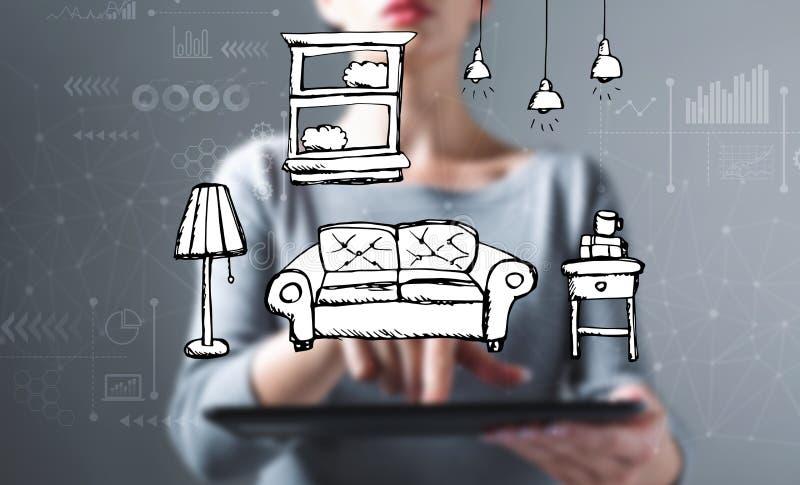 Ny lägenhetdröm med kvinnan som använder en minnestavla arkivbild