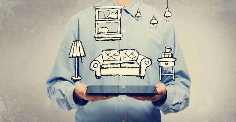 Ny lägenhetdröm med mannen som rymmer en minnestavla arkivfoton