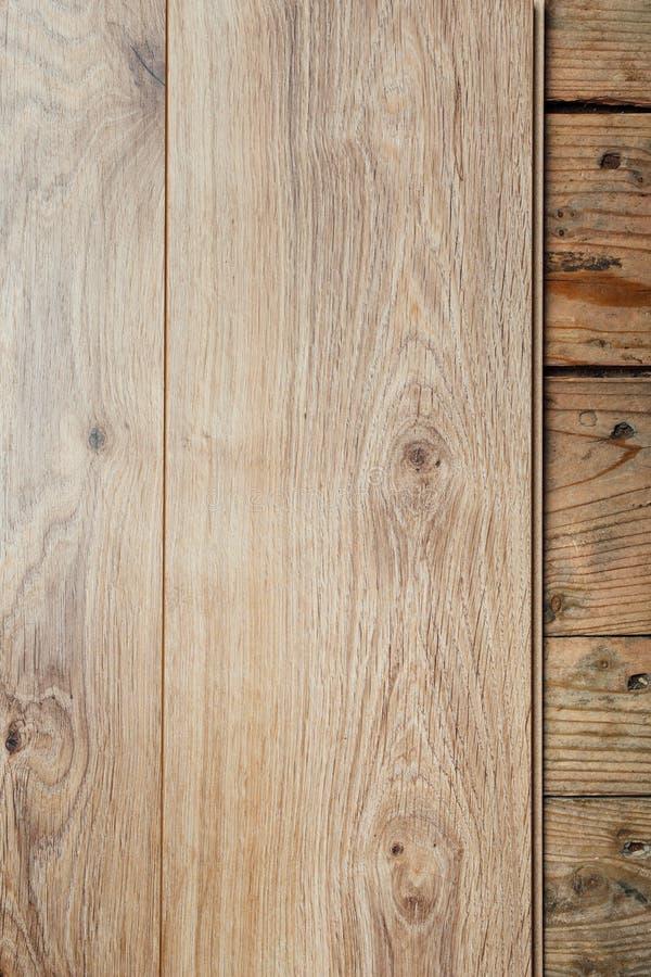 Ny laminat som däckar över gammalt träplankagolv royaltyfri foto