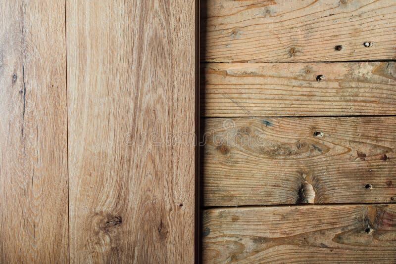 Ny laminat som däckar över gammalt träplankagolv arkivfoton