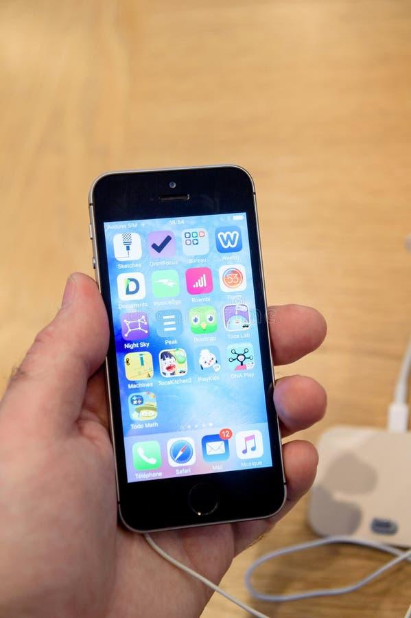Ny lansering för smartphone för Apple iPhoneSE royaltyfria foton