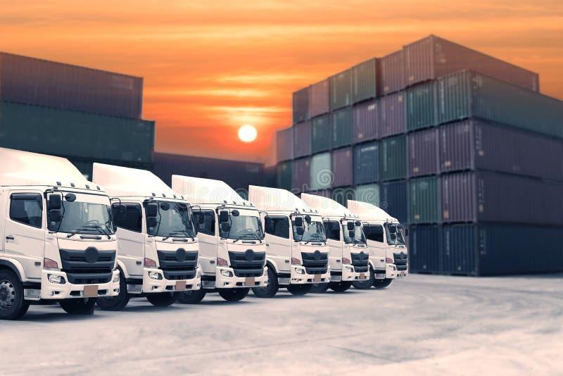 Ny lastbilflotta i gården med härlig himmel royaltyfria foton