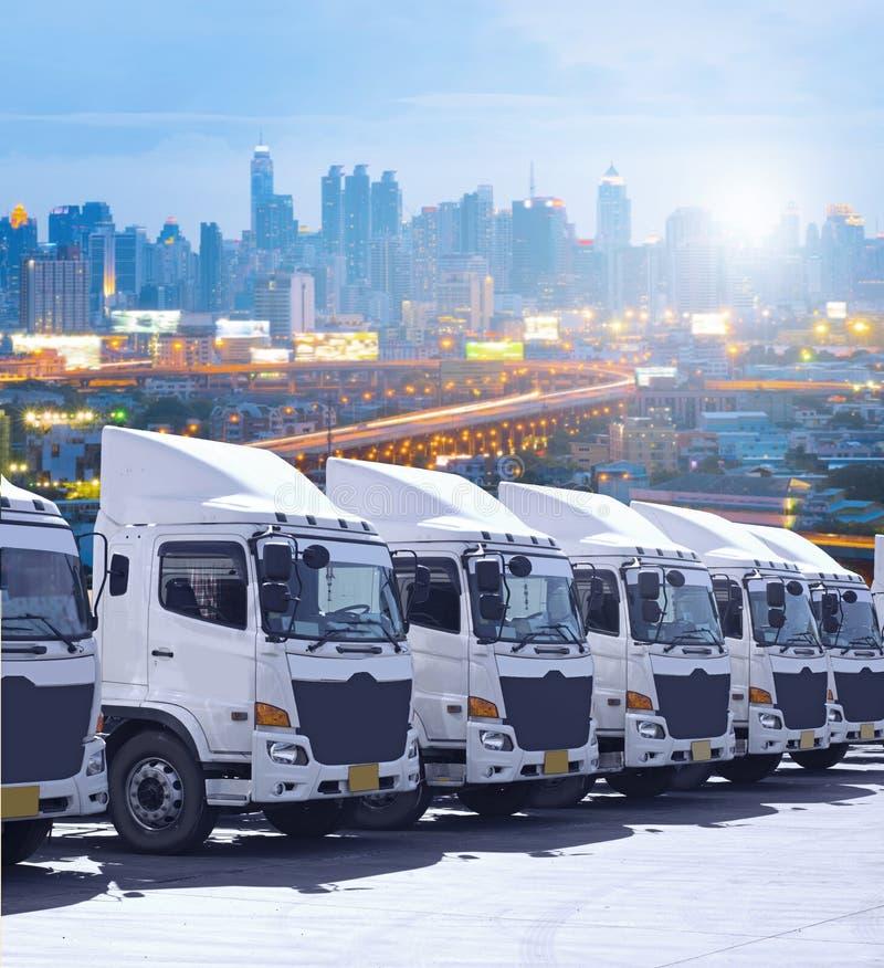 Ny lastbilflotta i gården med härlig himmel arkivbilder