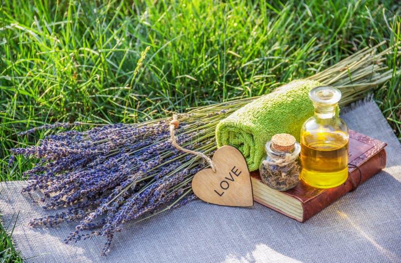 Ny lavendel, nödvändig olja och sunda örter Tvål-, handduk- och blommasnowdrops naturliga skönhetsmedel royaltyfri foto