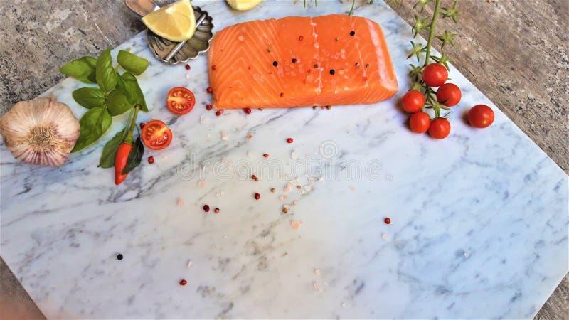 Ny lax för rå fisk, på vitmarmorbakgrund royaltyfria foton