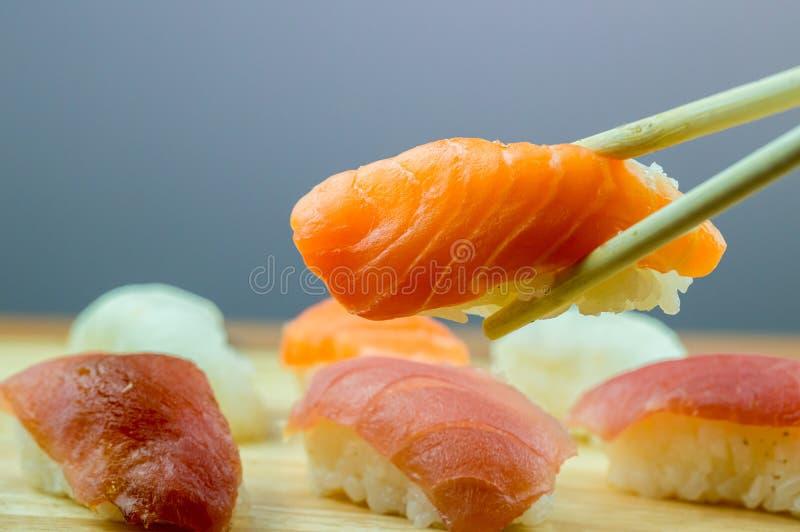Ny laxsushi, restaurang för mat för laxmakirulle japansk, laxsushi på plattan Sushiuppläggningsfat med en blandad variation av je arkivfoto