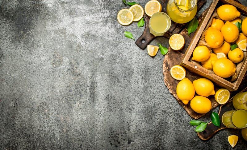 Ny lemonad från mogna citroner i asken arkivbild