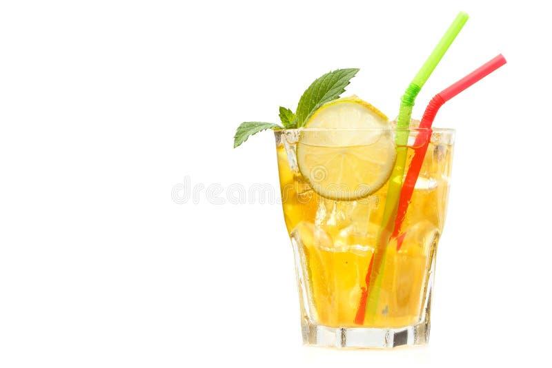 Ny lemonad med is och mintkaramellen Kopiera utrymme isolerat royaltyfri fotografi