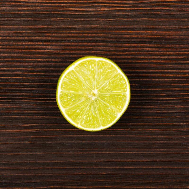 Ny limefrukt på den mörka trätabellen royaltyfri fotografi