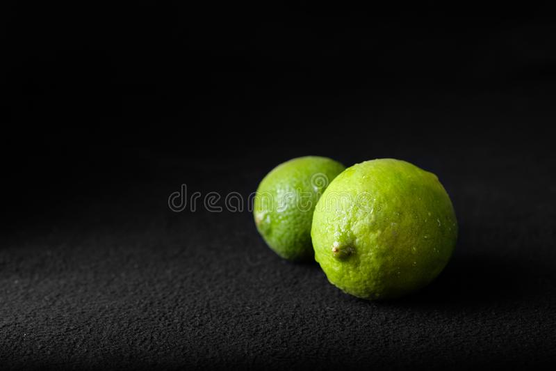 Ny limefrukt som isoleras på svart bakgrund royaltyfri foto