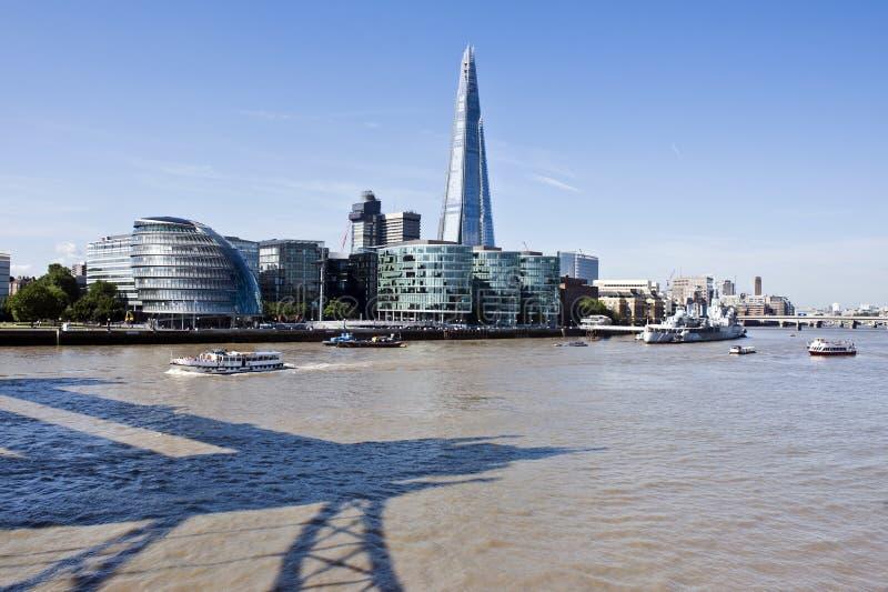 Ny London horisont med skärvan och tornbron skuggar royaltyfri bild