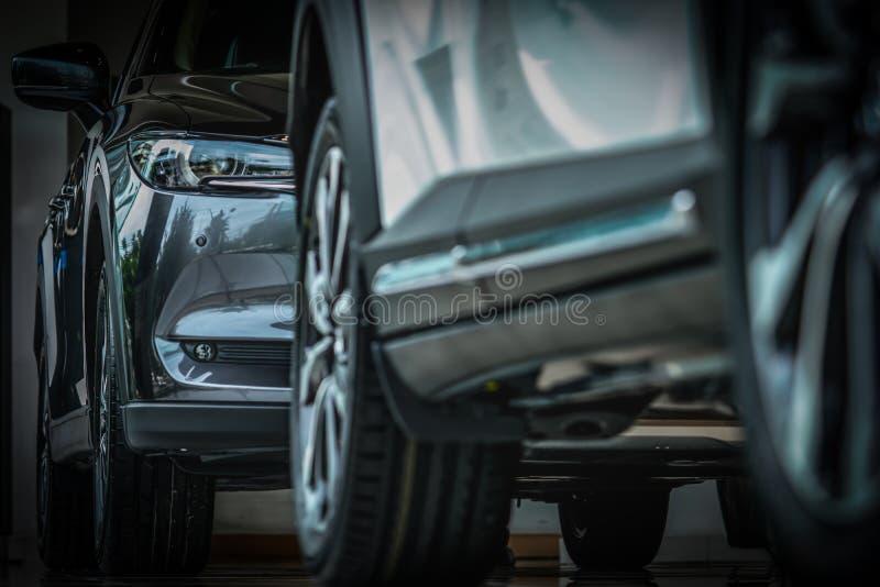 Ny lyxig svart skinande SUV kompakt bil som parkeras i modern visningslokal Kontor för bilåterförsäljare Den återförsäljnings- bi royaltyfria bilder