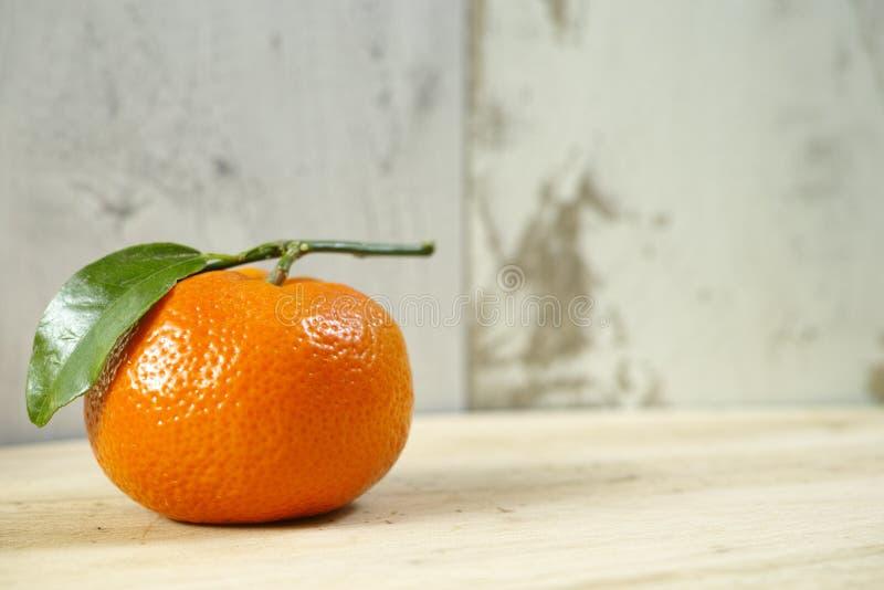 Ny mandarinfrukt med gröna sidor fotografering för bildbyråer