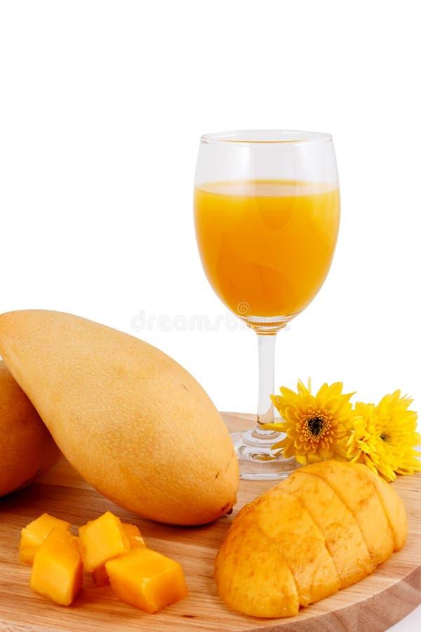 Ny mangofruktsaft och mangofrukt royaltyfria bilder