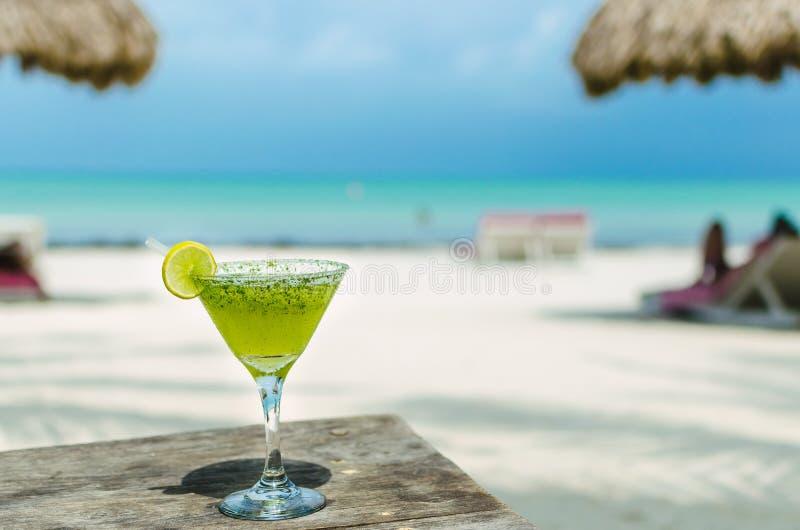 Ny margaritacoctail på en strandtabell fotografering för bildbyråer