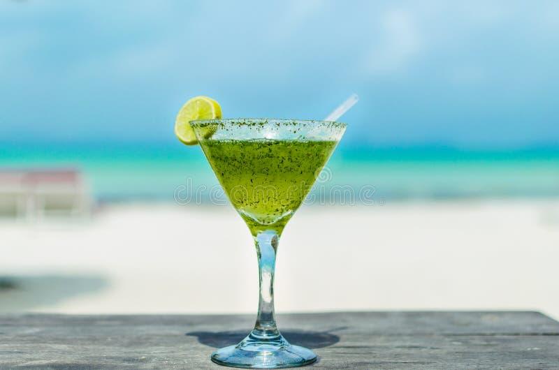 Ny margaritacoctail på en strandtabell royaltyfria foton