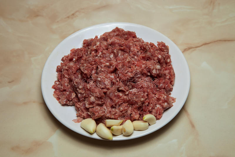 Ny mat som förbereder lata kålrullar eller köttbullar av nötkött, arkivfoton
