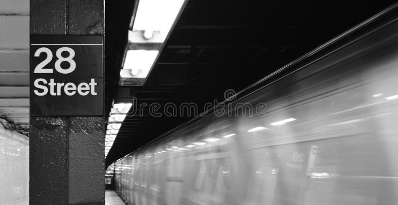 NY metro Przyjeżdża stacja post Zamazywał prędkość ruchu 28th ulicę NYC zdjęcia stock