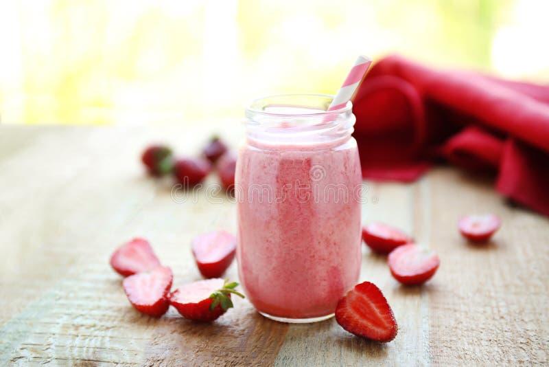 Ny milkshake med jordgubben på trätabellen arkivbilder