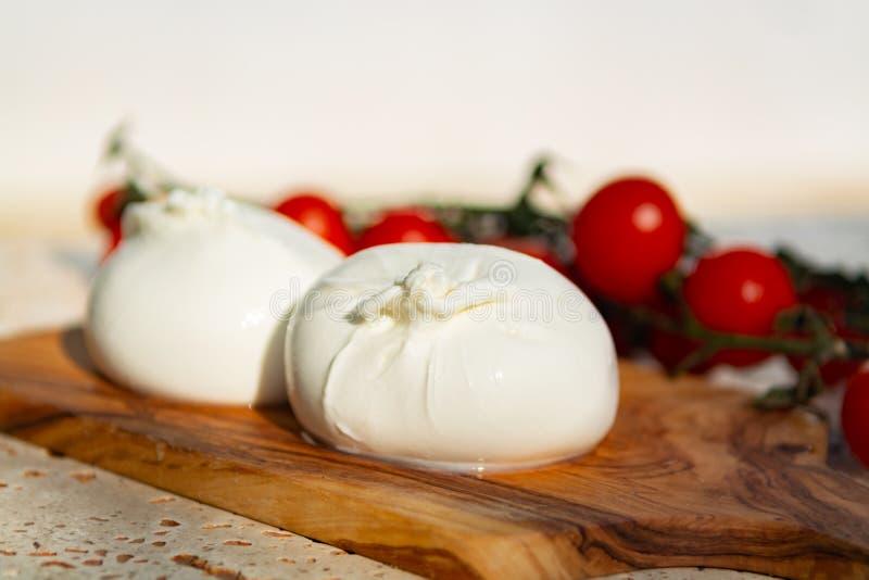 Ny mjuk vit burrata, buttery ost som göras från en blandning av moz arkivbild
