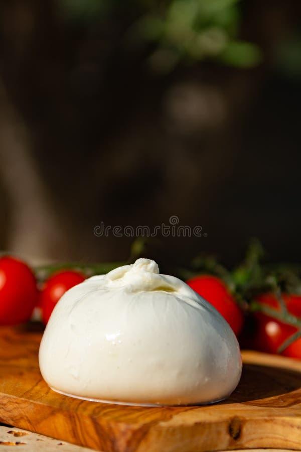 Ny mjuk vit burrata, buttery ost som göras från en blandning av moz arkivbilder