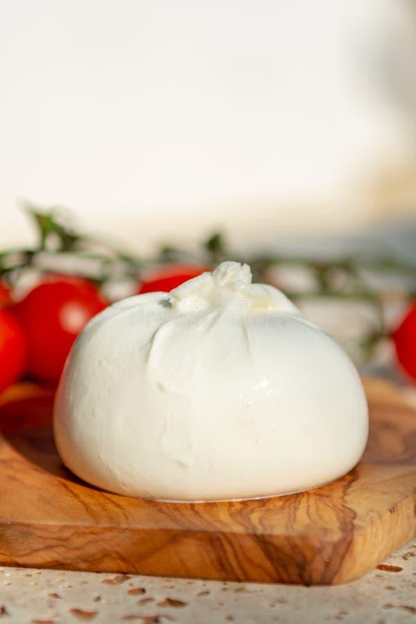 Ny mjuk vit burrata, buttery ost som göras från en blandning av moz royaltyfria foton